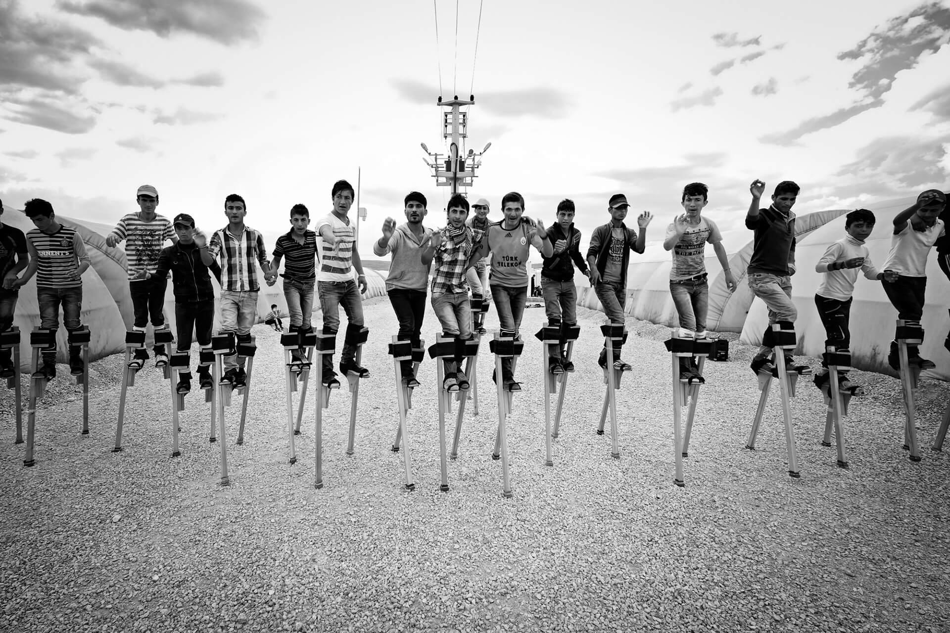 Foto Röportaj, Yürümeyi Öğrenmek : Yeni Baştan - Performans sırasında birbirleri ile senkronize hareket edebilmek için devamlı ve disipli bir çalışma gerekiyor.