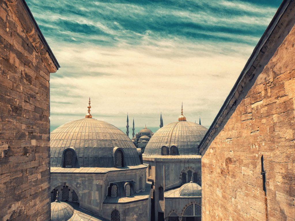 Neredeyse klasik bir kompozisyon haline gelmiş olan, Ayasofya Camii'inden Sultanahmet Camii görünümü. Istanbul Fotoğraf Turları, Fotoğraf Gezileri ve Fotoğrafçılık Eğitimi