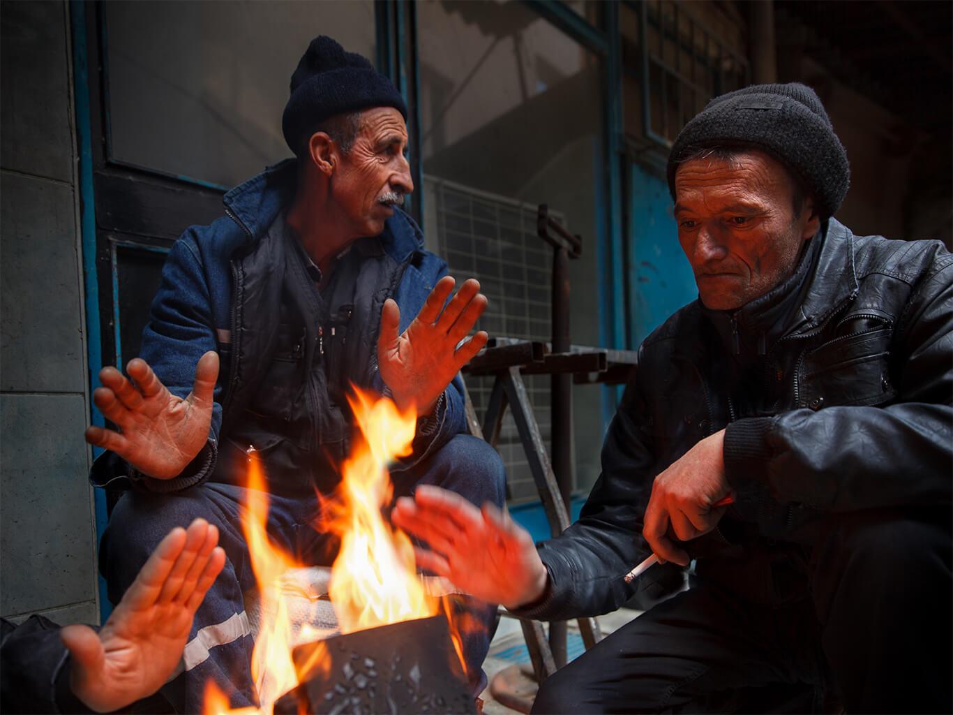 İstanbul sokaklarında temizlik işçileri mola zamanından soğuk havada ısınmak için yaktıkları ateşin etrafında ısınmaya çalışıyorlar, Istanbul Fotoğraf Turları, Fotoğraf Gezileri ve Fotoğrafçılık Eğitimi